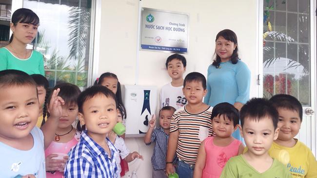 Novaland và Hội Bảo trợ Bệnh nhân nghèo TP. HCM trao tặng 346 máy lọc nước cho học sinh tỉnh Long An