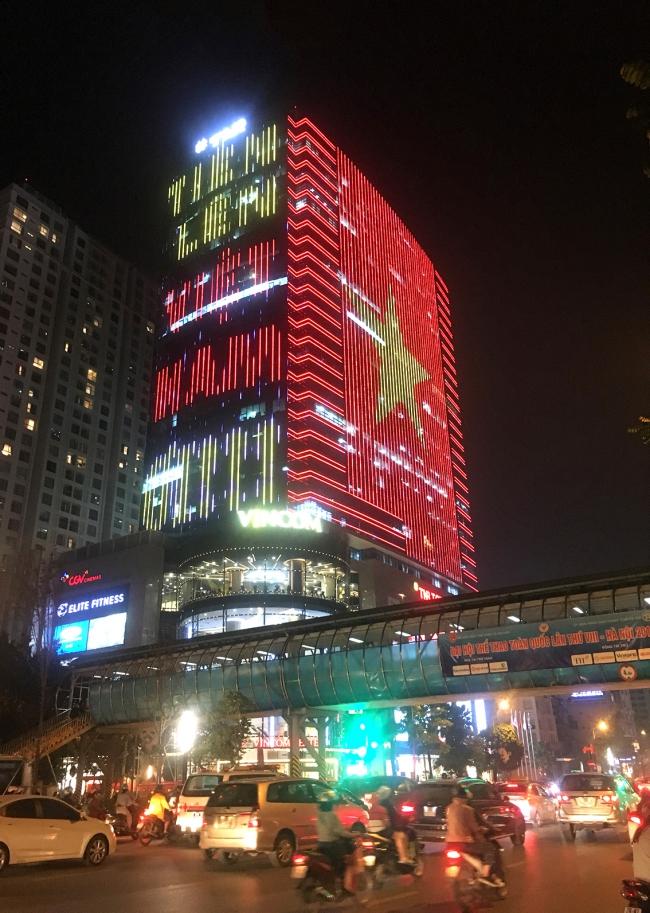 Quốc kỳ bằng đèn led khổng lồ cổ vũ đội tuyển Việt Nam 1