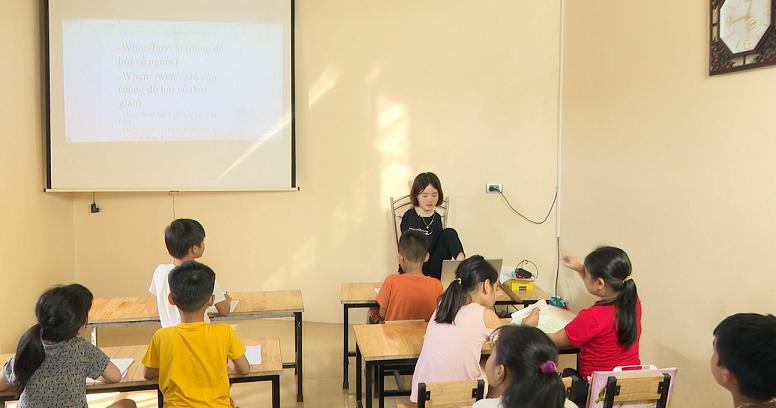 Không có hai tay, cô giáo khổ luyện viết chữ bằng đôi chân 2