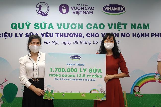 Vinamilk và Quỹ sữa Vươn cao Việt Nam trai tặng 1,7 triệu hộp sữa cho trẻ em có hoàn cảnh khó khăn