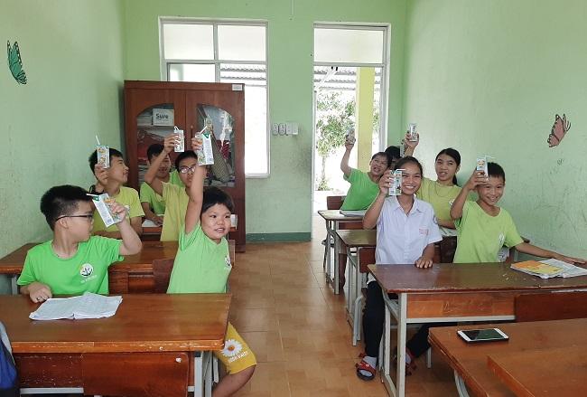 Vinamilk và Quỹ sữa Vươn cao Việt Nam trai tặng 1,7 triệu hộp sữa cho trẻ em có hoàn cảnh khó khăn 1