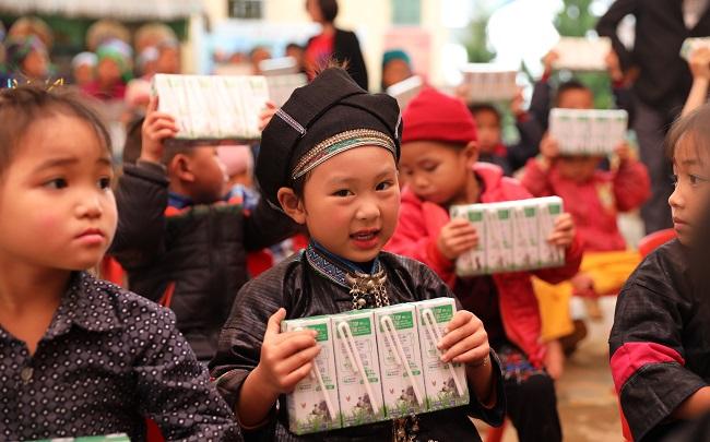 Vinamilk và Quỹ sữa Vươn cao Việt Nam trai tặng 1,7 triệu hộp sữa cho trẻ em có hoàn cảnh khó khăn 2