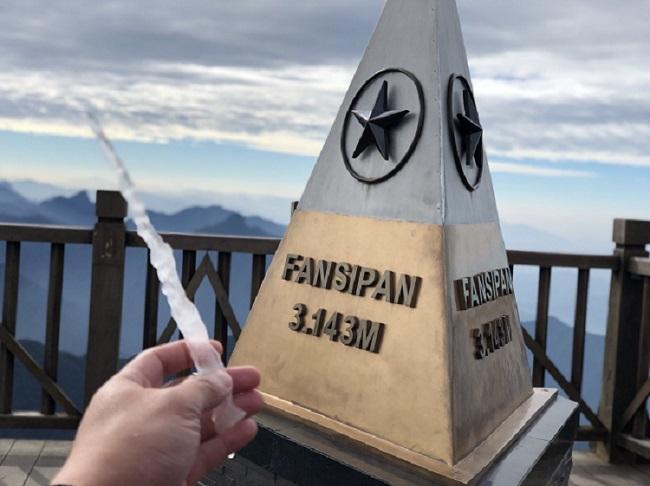 Ngỡ ngàng băng tuyết phủ trắng đỉnh Fansipan
