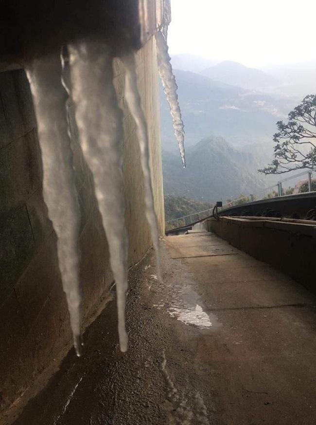 Ngỡ ngàng băng tuyết phủ trắng đỉnh Fansipan 2